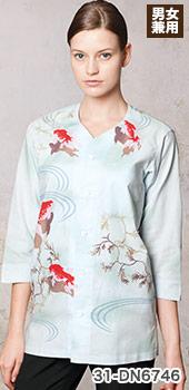 金魚が泳いでいるデザインで涼し気な鯉口シャツ