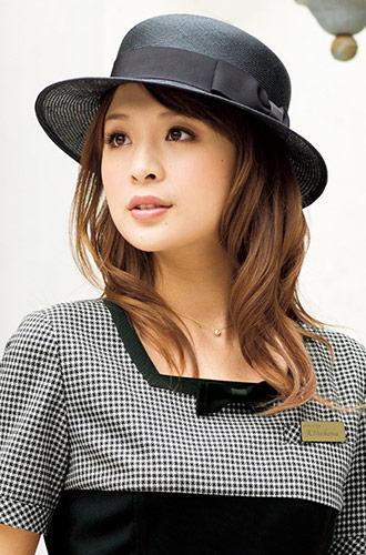 黒でも重くならずに涼やかな、EN JOIE(アンジョア)の事務服帽子21-OP108