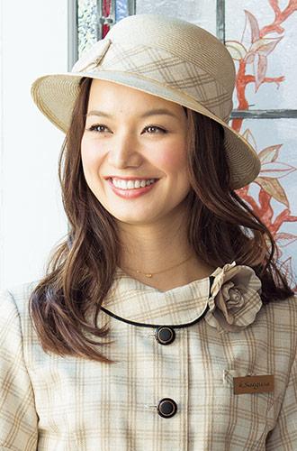 柔らかなミルクティーベージュがフェミニンな、EN JOIE(アンジョア)の事務服帽子21-OP118