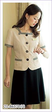 かわいいリボンブローチ付きの半袖サマージャケット EN JOIE(アンジョア)事務服21-86370