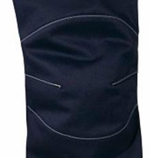 ひざ部分は切り替えとダーツで動きやすさをアップ