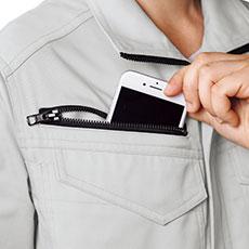 右胸ファスナーポケットは物が落ちづらく、スマートフォンも収納できる深さがあります。