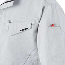 左袖・左胸ポケットはペン差し付き。
