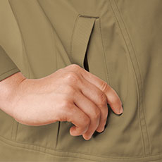 両脇ポケットは逆玉ポケットで物が落ちにくい。
