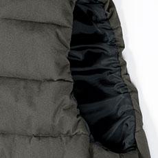 袖ぐりはシャーリングゴム入り。体にフィットし、動きやすさをサポート。