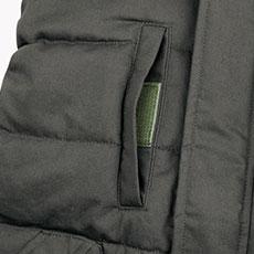 右胸ポケットにはマジックテープ付きで物が落ちにくい仕様。