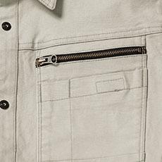 左胸ポケットはファスナー仕様で物が落ちにくい。