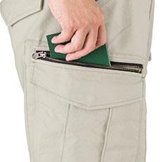 左右の大きめのカーゴポケットは収納性抜群!