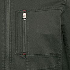 左胸ポケットは縦に開くファスナーポケット