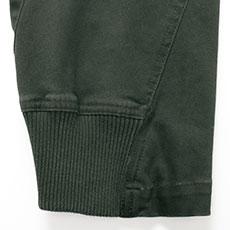 裾リブ仕様で足元スッキリ。丈直しも不要です。