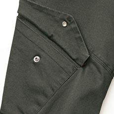 右カーゴポケットはフラップ付き。