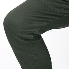 立体裁断とストレッチで膝の曲げ伸ばしが楽々。