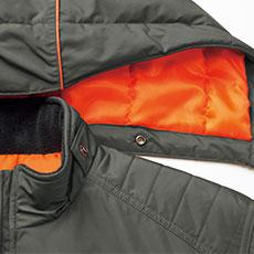 フードの取り外しは簡単。襟の中綿+フリースで保温性アップ。