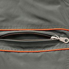 両胸ポケットには金属ファスナーを使用し、物が落ちにくい。