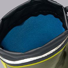 裏地には吸汗ドライ生地を使用し、靴の中のムレを軽減。