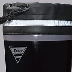 履き口はカバー付きで、水や雪、異物の侵入を防ぎます。反射材付きで暗所でも安心・安全。