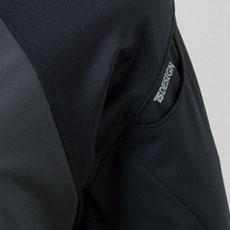 左袖にマルチスリーブポケットが追加。