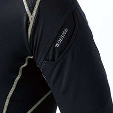 左袖部分マルチスリーブポケット使用(実用新案第3174893号)