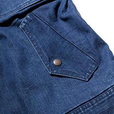 奥行きのあるフラップ付きの両脇ポケット