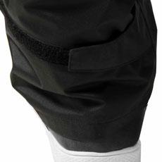 パンツの裾はマジックテープで調節が可能。