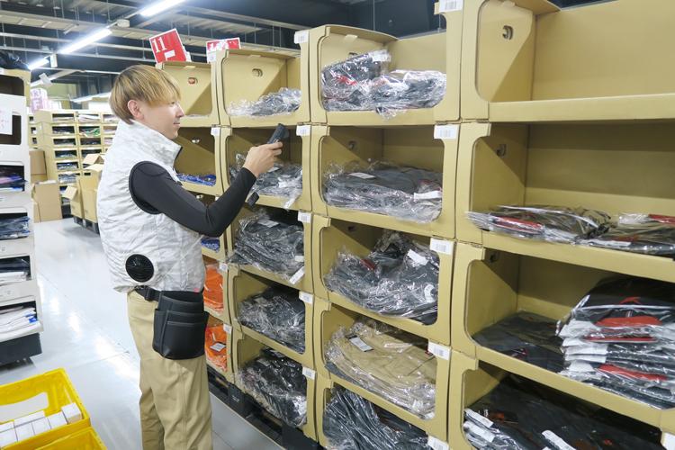 空調服を着て倉庫で作業する様子