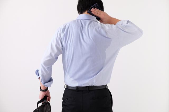 スーツで働く男性 イメージ画像