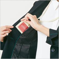 右胸にはIDカードを入れるのに便利なタテのポケット口の内ポケット。