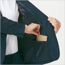 左下側にはスマホも入る大きさの内ポケット。