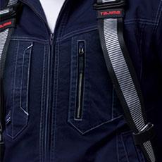 胸ポケットがハーネスのベルトに隠れないデザイン