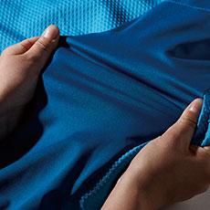 袖、脇にはラミネートストレッチ素材を使用し、動きやすい設計