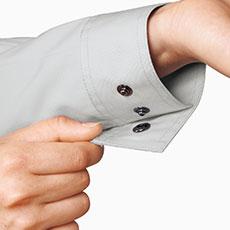 袖口のボタンは隠し仕様で、物を運ぶ際などに傷つけにくくなっており、金属製で丈夫。