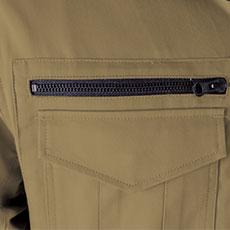 右胸ポケットは金属ファスナー仕様で物が落ちにくく、深さもたっぷり。(深さ16.5cm)