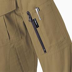 左袖にはファスナー付きポケットとペン差し付き。