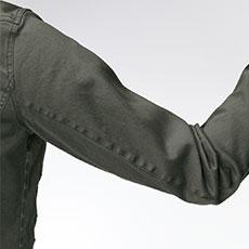 ストレッチ素材と立体的なひじの設計で動きやすい。
