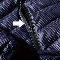 前中央と両脇のファスナーポケットは止水タイプのファスナーを採用