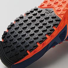 滑りにくさを考慮した靴底意匠と耐滑性のよい配合のラバーで滑りやすい現場での事故を防ぎます。