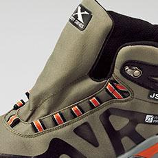 靴ベロは水やホコリの浸入を防ぐ水かき付き。