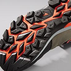 トレッキングシューズを参考にした靴底意匠を採用。悪路やハードな現場でも滑りにくい仕様です。