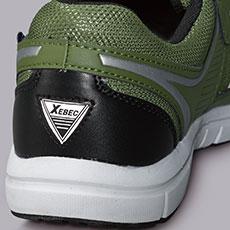 側面・踵の2箇所に反射材を使用。夜間や暗所での安全性を高めます。