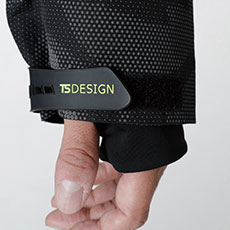 TS DESIGNオリジナル袖口アジャスターと、インナーグローブ仕様。