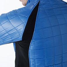 両脇・袖・背中部分の配色はストレッチが効いたフリース素材で抜群の動きやすさ。