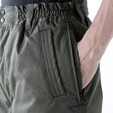 中に着用したズボンのポケットにも届く、スルーポケット搭載