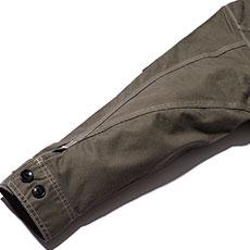 立体的な3枚袖仕様で動きやすく、袖口に調節可能なボタン付き。