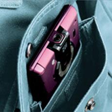 右胸ポケットはスマートフォンの収納に最適なミニポケット付き、飛び出しを防止するストッパーもついています