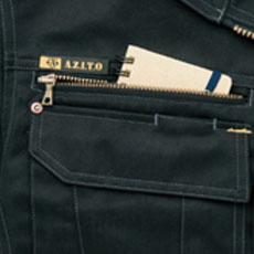 メモ類やカギなどの小物を安心して収納できる胸ファスナーポケット