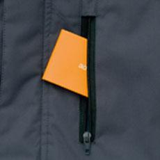ファスナー付き胸ポケット