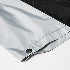袖口にドットボタンがあり、空気の抜けを調節できます