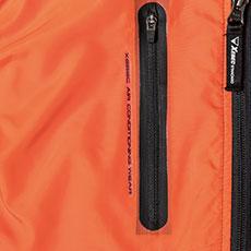 右胸ポケットは圧着ファスナーポケットでよりスポーティーに
