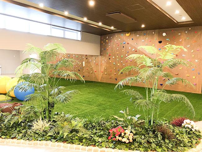 休憩室・芝生とボルダリング